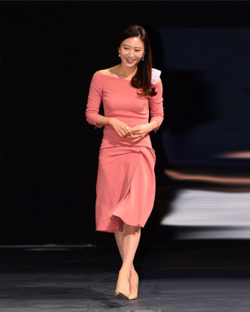 김희애 님 / Actress Kim, Heeae with Naive Pumps in Beige