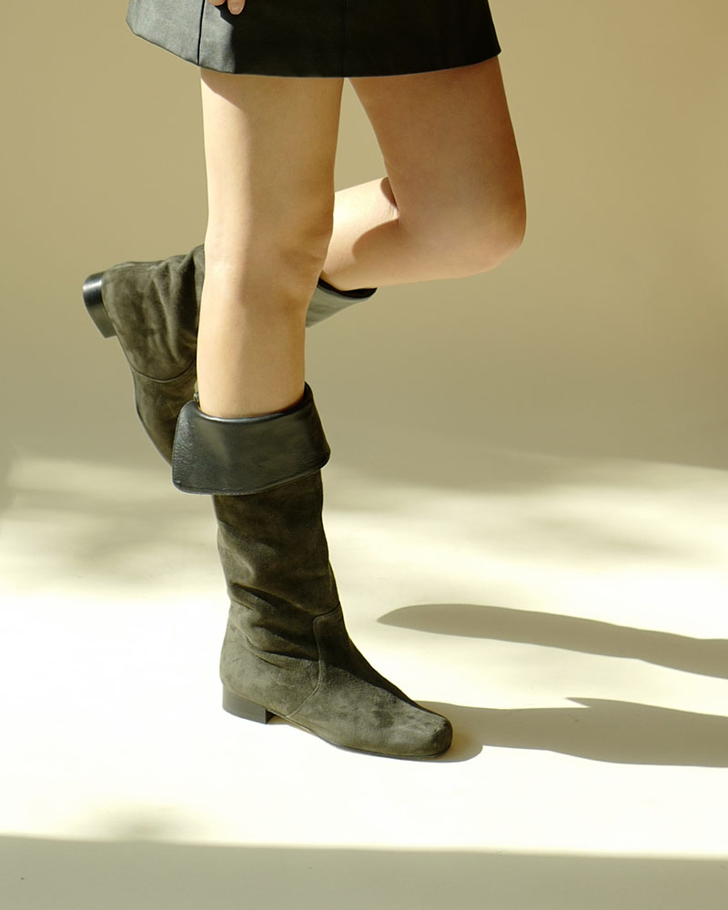 Darty Foldable Boots in Gray Suede with Black Wing