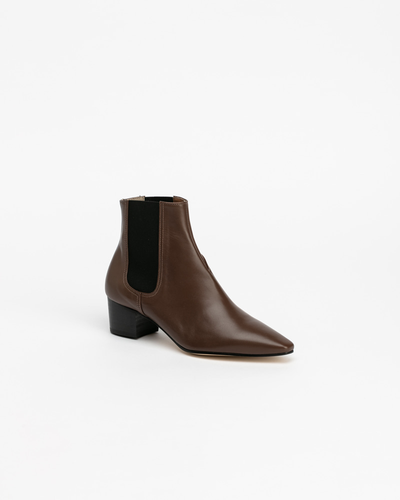 Decker Chelsea Boots in Brown